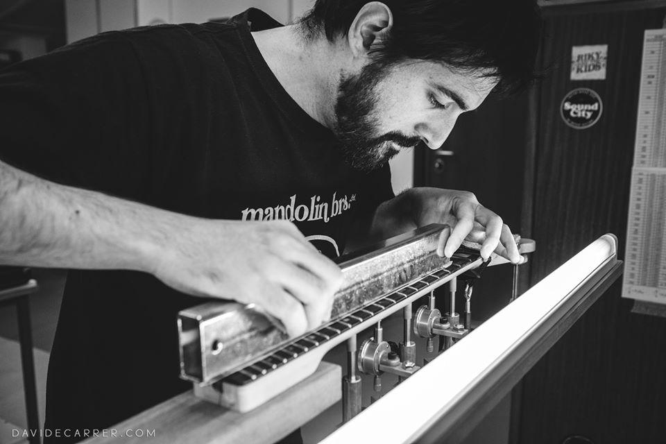 Mattia Ghion della Liuteria Ghion al lavoro su uno strumento. Mattia lavora nel suo laboratorio di liuteria a San Donà di Piave e tra i suoi clienti ci sono i grandi nomi della musica italiana e internazionale.